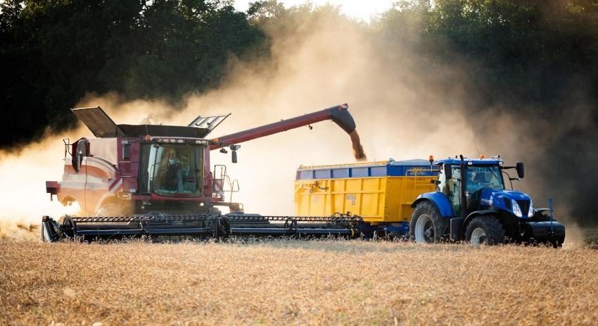 Erntemaschine und Trecker auf einem Feld