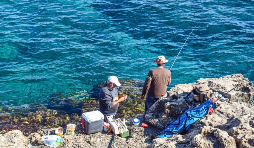 Zwei Angler am Meer
