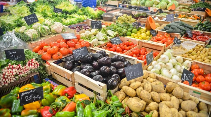 Gemüsekisten auf einem Markt