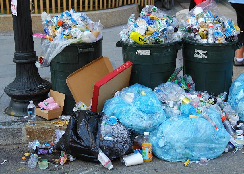 Volle Mülltonnen mit Plastikmüll