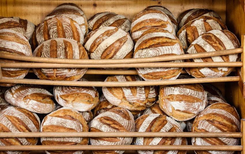 Runde Brotlaibe im Regal