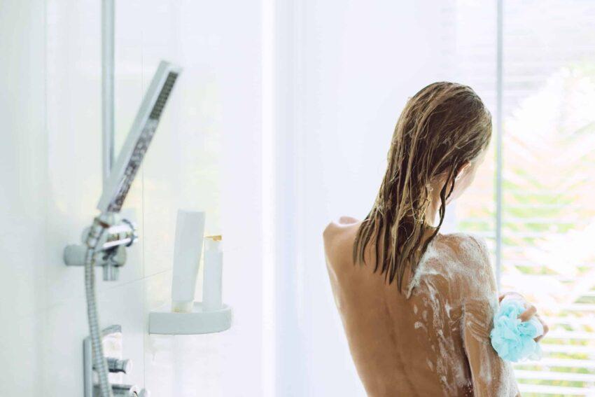 Eine Frau unter der Dusche mit Bio Duschgel