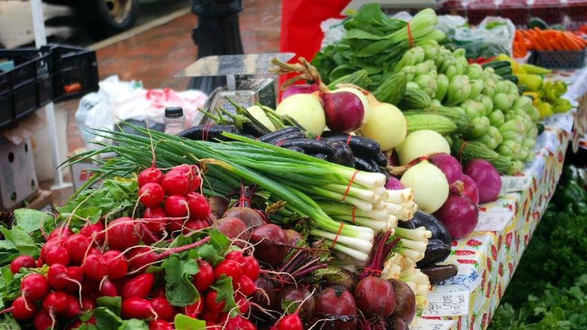Verschiedene Gemüsesorten auf einem Markt
