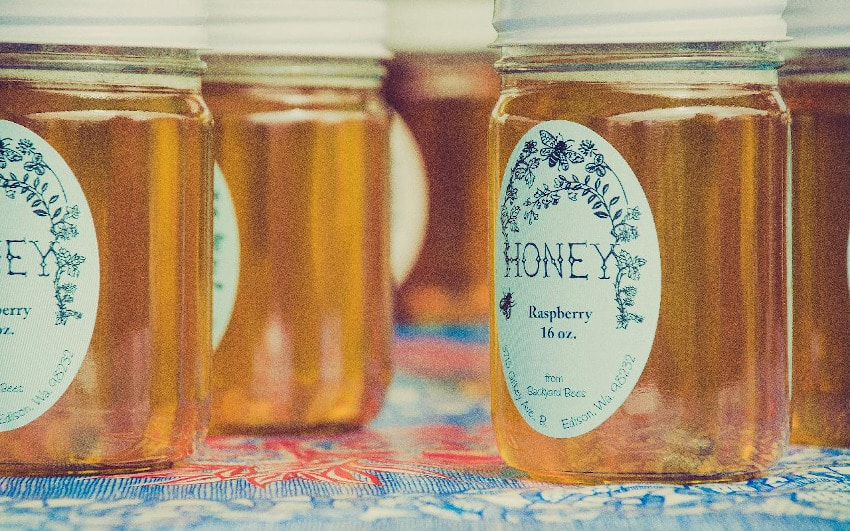 Honiggläser auf einem Tisch