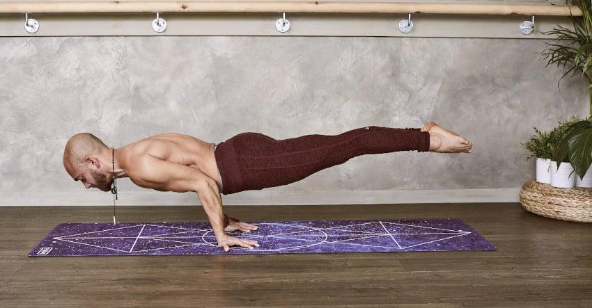 Mann praktiziert Yogaübung