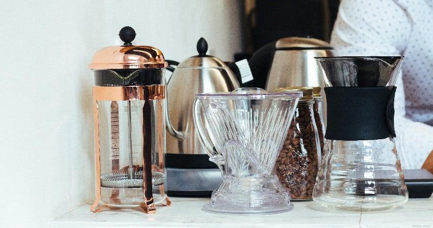 Verschiedene Kaffeezubereiter nebeneinander