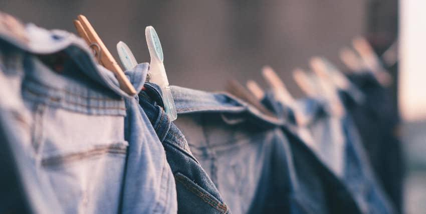 Jeanshosen auf Wäscheleine