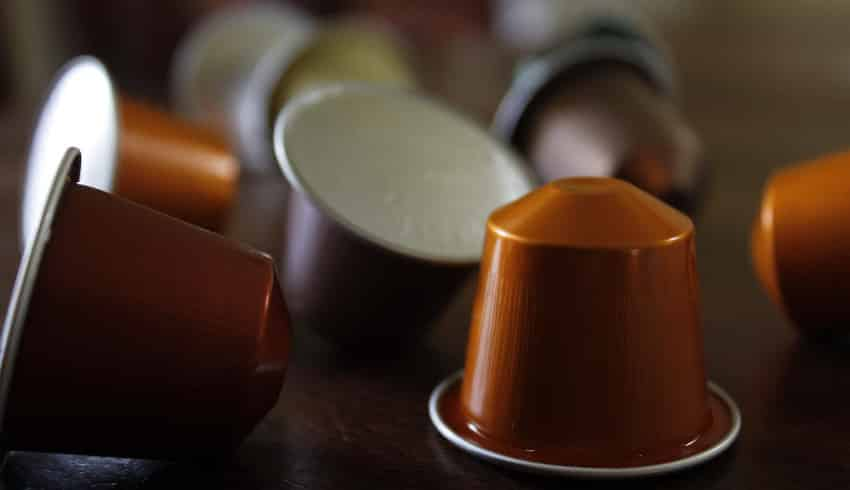 Kaffeekapseln auf Tisch