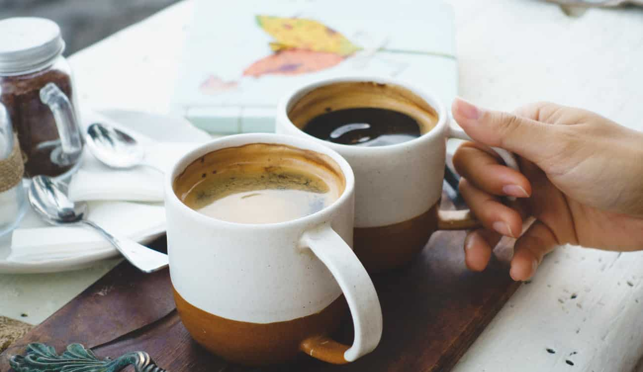 zwei Tassen mit Kaffee gefüllt auf Tisch