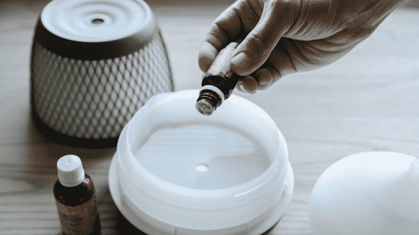 Aromaöl wird in Diffuser geträufelt
