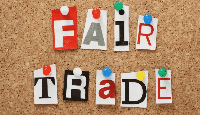 Schriftzug Fair Trade an Pinnwand