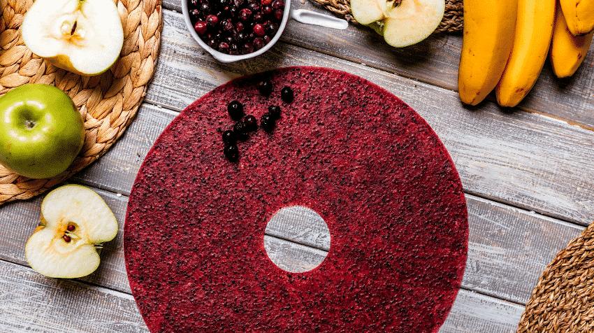 Fruchtleder aus röten Früchte und Obst auf Holzuntergrund