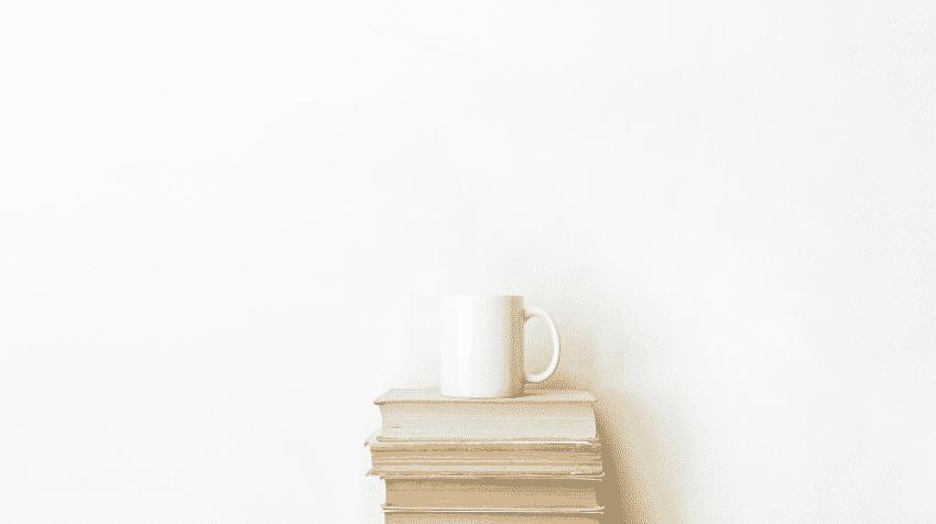 Bücherstapel mit Tasse