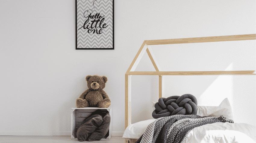 Kinderzimmer mit Bett, Teddy und Bild