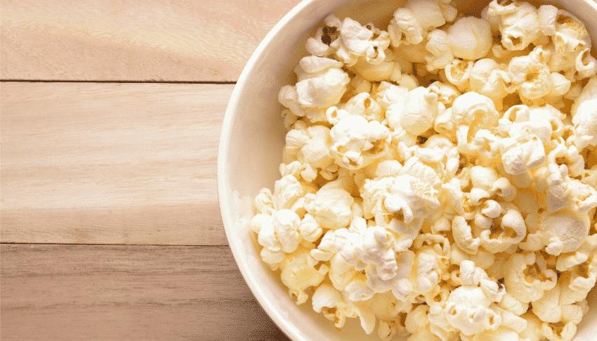 Pappeimer mit Popcorn