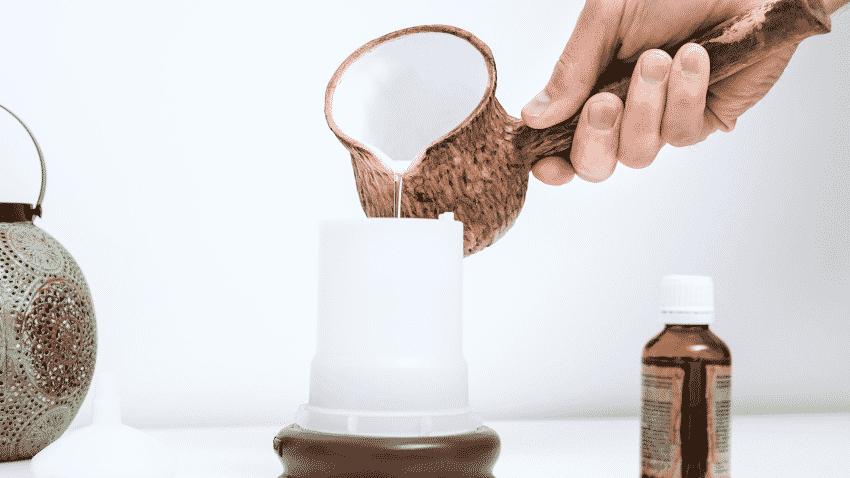 Wasser wird in Aroma-Diffuser gekippt