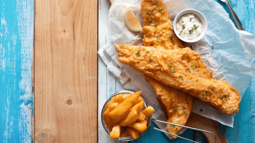 Backfisch mit Pommes und Mayonnaise
