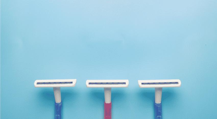 drei Einwegrasierer in blau und pink