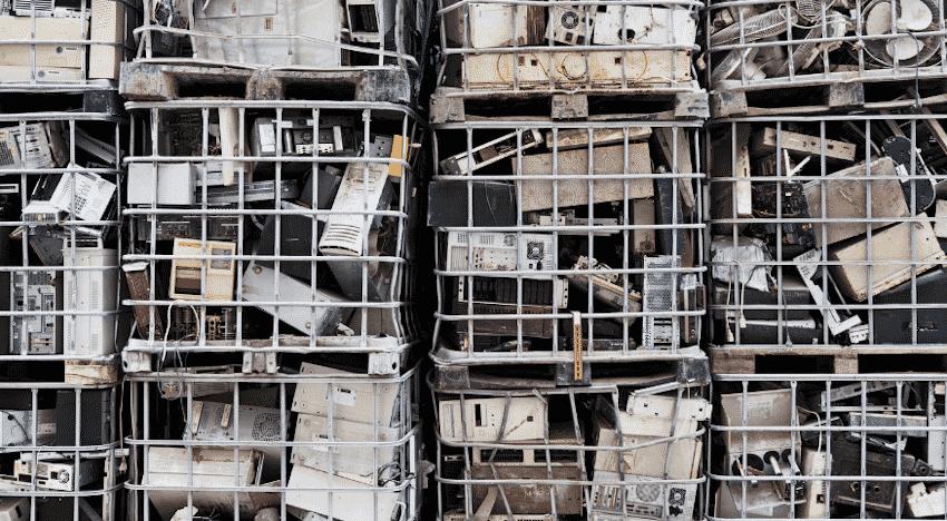 Elektroschrott in Gitterbehältnissen