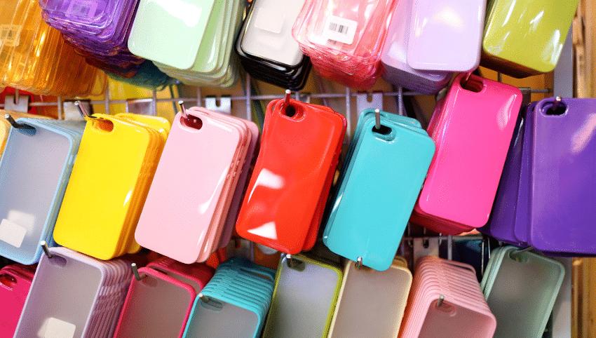 bunte Handyhüllen hängen an einem Regal