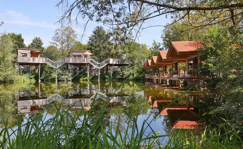 Baumhäuser und Wasserhäuser um einen See herum