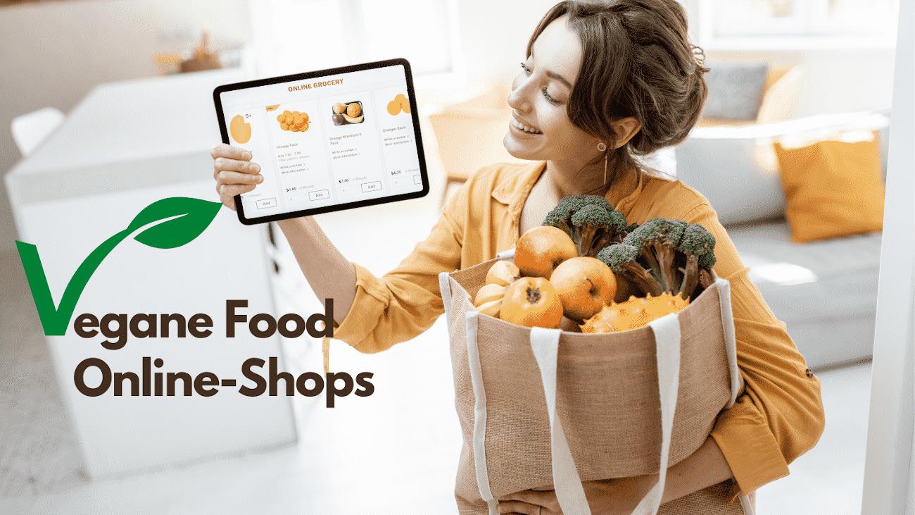 Frau hält Tablet in der Hand und Einkaufstüte mit Obst und Gemüse im Arm