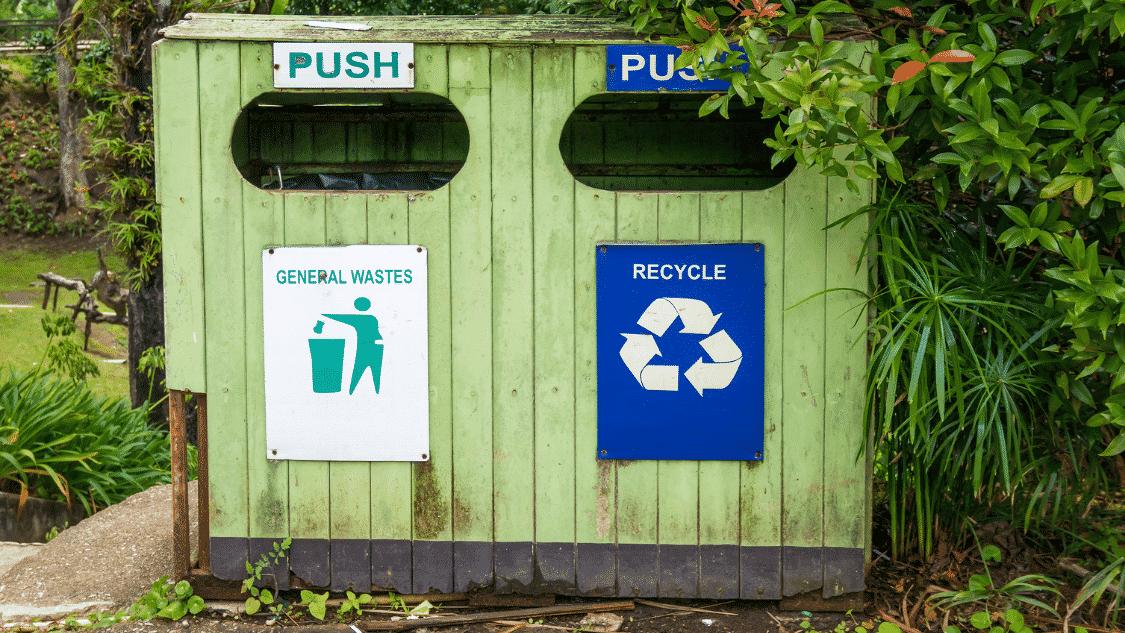 Zwei Mülltonnen für normalen Müll und Verpackungen