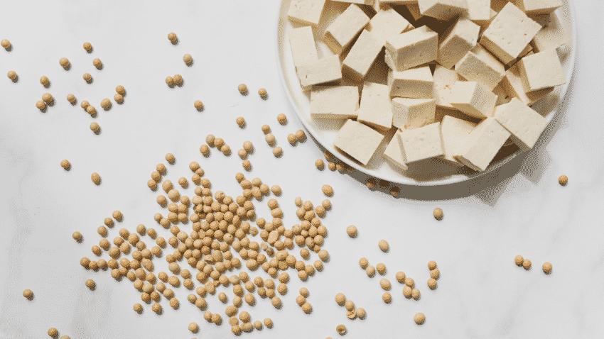 Sojabohnen und eine Schale mit Tofu von oben