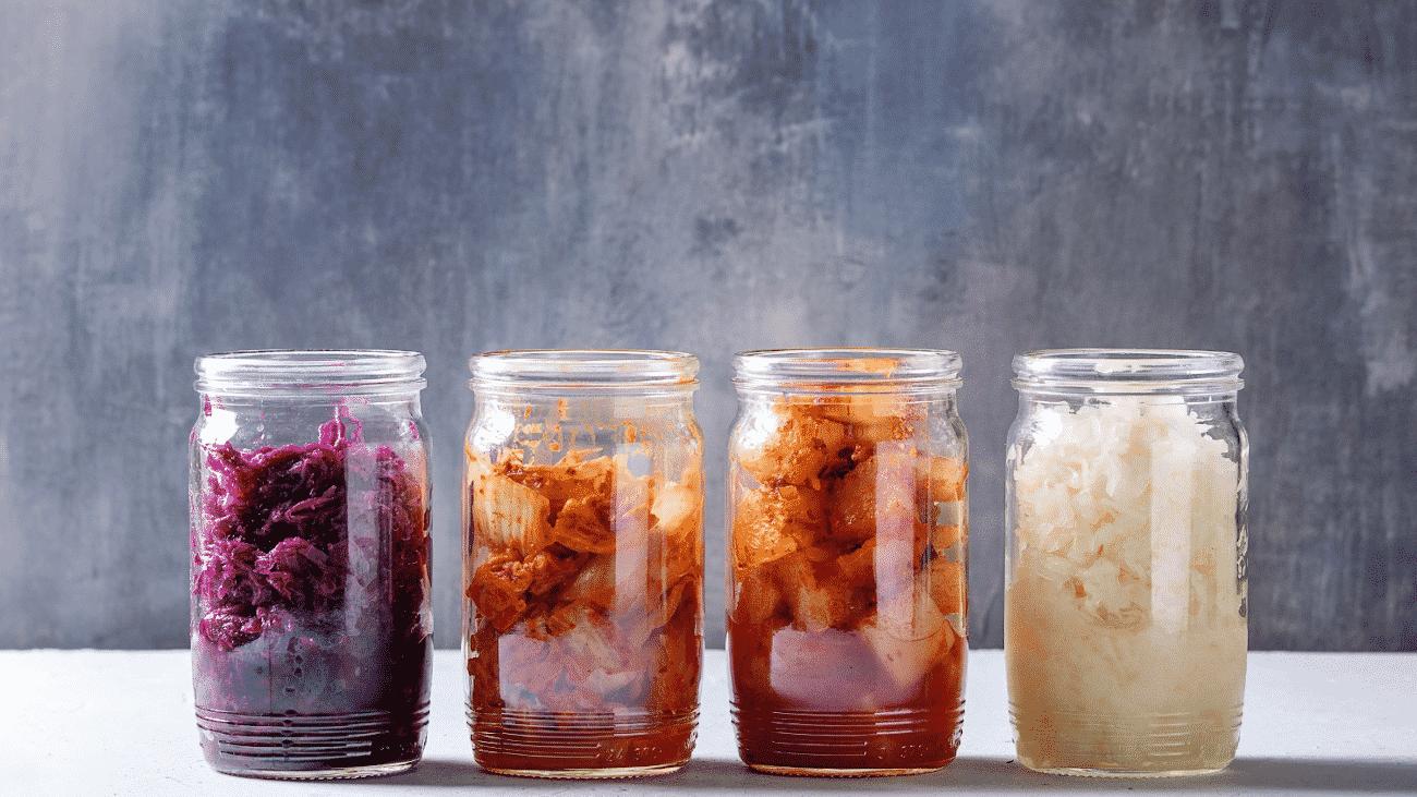 vier Gläser mit fermentiertem Kohl