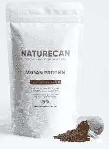 Weiße Tüte mit veganem Schoko-Proteinpulver
