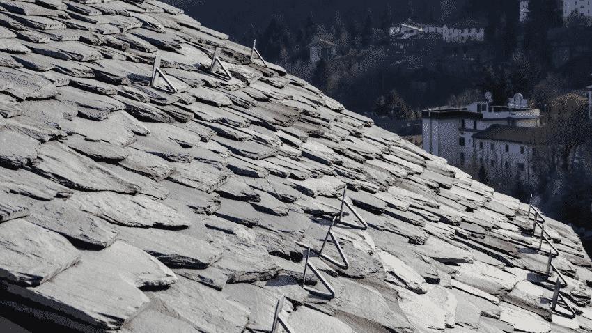 Dach mit Schieferplatten