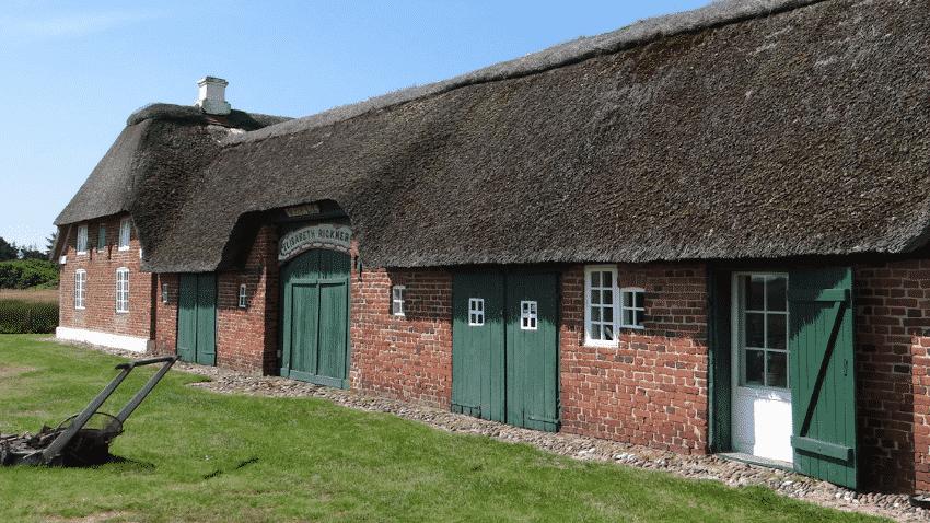 Haus mit roten Klinkern und Reetdach